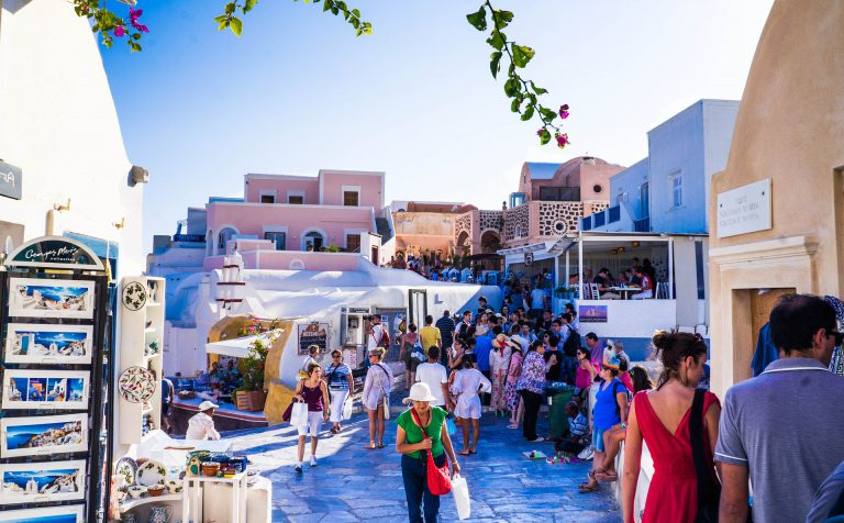 Oia for Fashionistas: Destinations for Savvy Shoppers